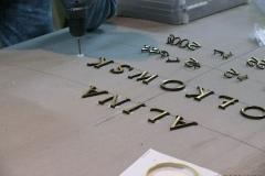 Montowanie liter mosiężnych