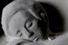 Detal rzeźby w kamieniu, płaskorzeźby nagrobnej