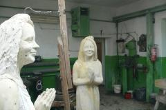 model oraz rzeźba kobiety w kamieniu