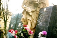 Piekny aniol z kamienia piaskowca
